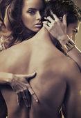 Zmysłowe kobiety tulenie przystojny mężczyzna — Zdjęcie stockowe