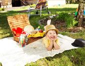 Smíšek odpočívá vedle proutěný koš — Stock fotografie