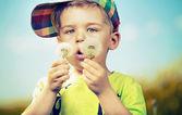 Pequeno garoto bonito, jogando bolas de sopro — Foto Stock