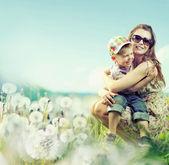 Jolie femme jouant avec son fils — Photo