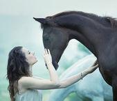Femme sensuelle caresse un cheval — Photo