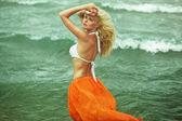 Bella ragazza bionda, camminando vicino al mare — Foto Stock