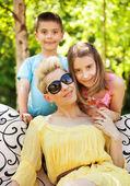 Radost rodina odpočívá na zahradě — Stock fotografie