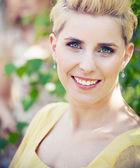 Femme blonde joyeuse avec sourire craquant — Photo