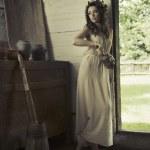 jolie dame avec les pieds nus dans la maison rurale — Photo