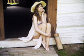 Junge brunette dame im land — Stockfoto