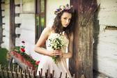 Mujer joven con buquet de flores silvestres — Foto de Stock