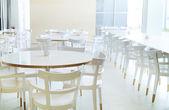 在明亮的房间中的白色家具 — 图库照片
