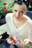 素晴らしいデザートとブルネットの女性を満足しています。 — ストック写真