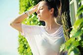 Klar hud lady bland grönskan — Stockfoto