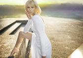 Belle femme blonde en robe blanche — Photo