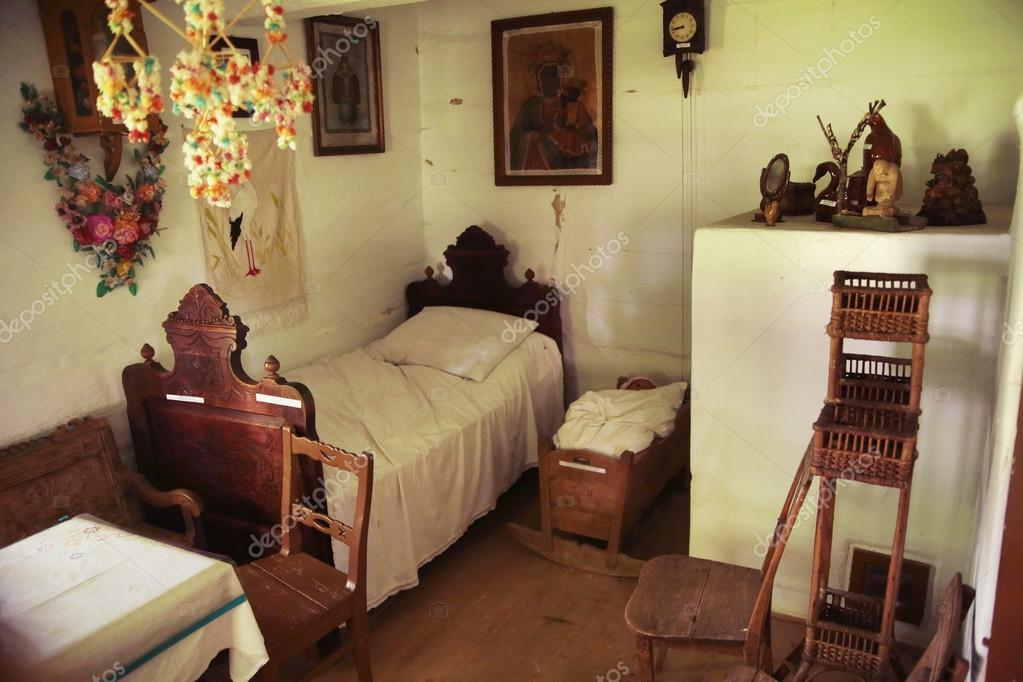 una vecchia camera da letto in legno e rustico — Foto Stock © konradbak #29752573
