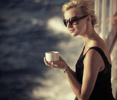 Beautiful girlresting woman with cup of coffee — Stock Photo