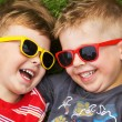 Smiling brothers wearing fancy sunglasses — 图库照片