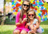 Två systrar leende till kameran — Stockfoto