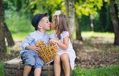 Jemný obraz ze dvou roztomilých dětí líbali — Stock fotografie