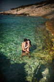 Photo of couple kissing in tropical water — Stock Photo
