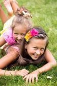 夏天草地上玩的两个微笑女孩 — 图库照片