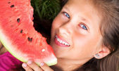 Beautoful girl eating the watermelon — 图库照片