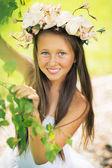 年轻漂亮的姑娘笑到摄像机 — 图库照片