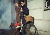 Young couple with wicker basket full of apples — Stock Photo