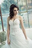 美しい結婚式のガウンを着て官能的な花嫁 — ストック写真
