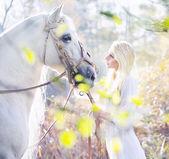Blonde nimf met het witte paard — Stockfoto