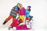 幸运的滑雪板跟四个漂亮的女人 — 图库照片