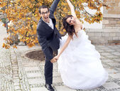 Laughing wedding couple in funny pose — Stock Photo