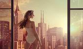 Brunette lady staring at beautiful sunrise — Stock Photo