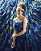 Delikátní bruneta žena luxusní pozadí — Stock fotografie