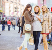 Three female friends in the old town — Stock Photo