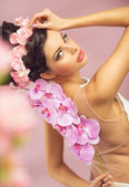 Brunette beautie with the spring flowers — Stok fotoğraf