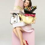 elegante dama en un cuarto lleno de accesorios de moda — Foto de Stock   #45133895