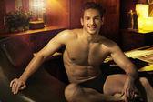 Veselá svalnatý chlap na svém místě — Stock fotografie