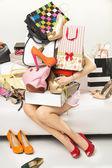 多くのアクセサリーを購入しようとすると、若い女性 — ストック写真