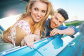 Smiling couple resting in the retro car — Stock Photo