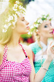 Two gorgeus women in the fresh garden — Stockfoto