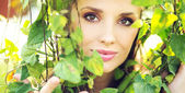 Marvelous woman among the greenery — Stockfoto