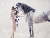 Piękna młoda kobieta przytulanie konia — Zdjęcie stockowe