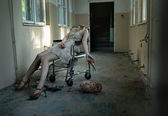 Art photo of the patient with cut head in the abandoned hospital — Stock Photo