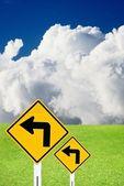 Güzel yeşil çayır ve bulutlu gökyüzü ile sol oturum açmak — Stok fotoğraf
