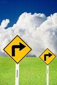 Girare a destra segno con cielo nuvoloso e bel prati — Foto Stock