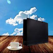 Saco de compra com a xícara de café na mesa de madeira — Foto Stock