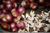 Soğan ve sarımsak yemek sepeti — Stok fotoğraf