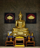 Golden Buddhist statue — 图库照片