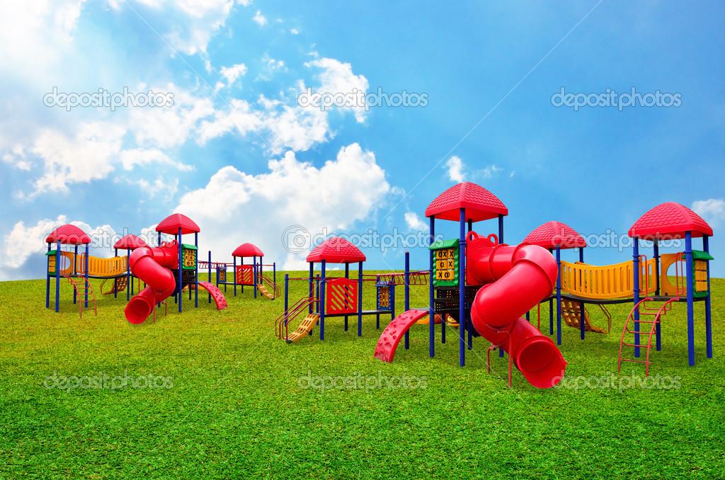 bunte s kinderspielplatz im garten mit sch nen himmel hintergrund stockfoto pixbox77 26017779. Black Bedroom Furniture Sets. Home Design Ideas