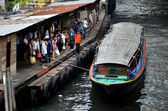 People waiting the boat in Saen Saeb canal — Stock Photo