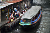 People waiting the boat in Saen Saeb canal — Stock fotografie