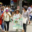 People walking for against the construction of a dam in Mae Wong National Park — Stock Photo